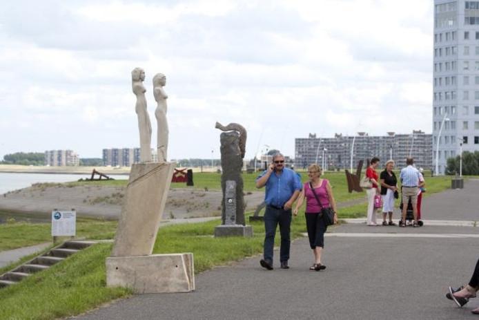 Wandelen tussen de beelden en vlakbij passerende schepen op de Scheldeboulevard in Terneuzen. De belangstelling voor de Beeldenroute op de Scheldedijk groeit snel. foto Mark Neelemans