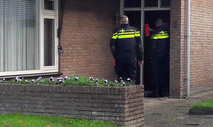 Ágenten doen onderzoek in de buurt van de milieustraat in Steenbergen op industrieterrein Reinierpolder. Daar wonen bij de  bedrijven daar volgens omwonenden zo'n 60 mensen.