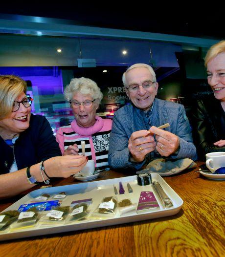 Senioren bezoeken coffeeshop: 'Is dat hasj? Het lijkt wel een stukje steenkool'