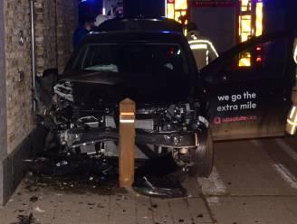 Beschonken bestuurder (26) crasht tegen huisgevel