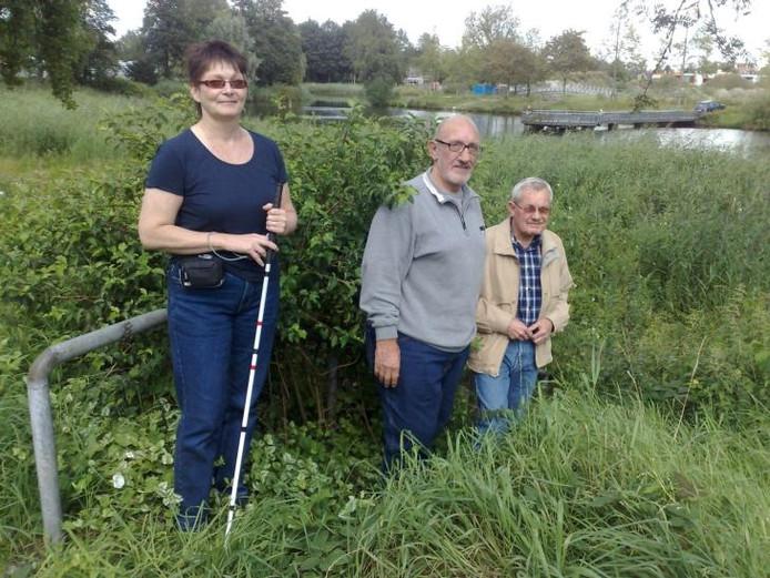 Mieke Bekhof, Theo Wenum en Frans Boutkan bij de dichtgegroeide vijver en oever. Van de trap is alleen 'n stukje leuning te zien.foto Arnold Zweers