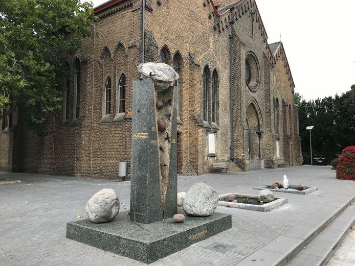 Het verhaal van dit beeld 'Wij zijn reizigers' van kunstenaar Chris Ferket, dat je bij de kerk van Eernegem aantreft, wordt in de nieuwe erfgoedbrochure uitgelegd.