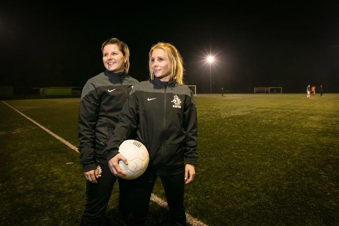 Marlou Peeters en Edith Martens (met bal) zijn de nieuwe trainers van Zwaluw VFC.