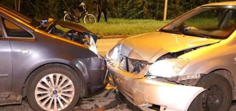 Twee gewonden door frontale aanrijding in Meteren