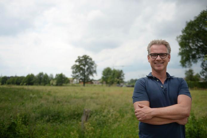 Buurtbewoner Maik Nieuwenhuis uit Almelo Noordoost is blij dat zijn weidse uitzicht straks niet volgebouwd wordt.