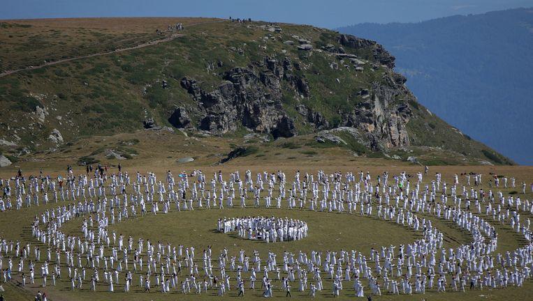 Volgers van de Universal White Brotherhood voeren een paneurhythmy op bij de Bulgaarse Rila-berg. Dit is een dansachtig ritueel. De spirituele beweging is in de jaren twintig in Bulgarije opgericht door Peter Deunov.   Beeld REUTERS