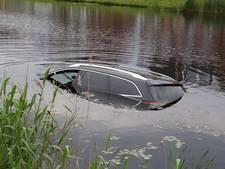 Oeps! Auto staat niet op handrem en rolt in vijver in Vriezenveen