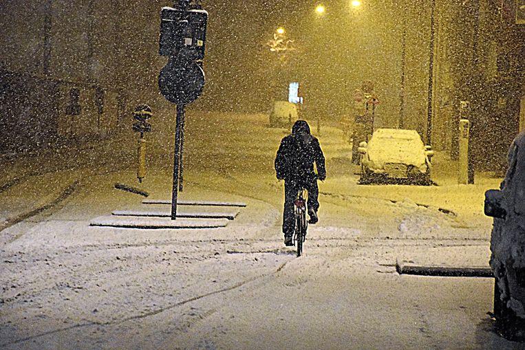 Een eenzame fietser, in de Spoorweglaan.