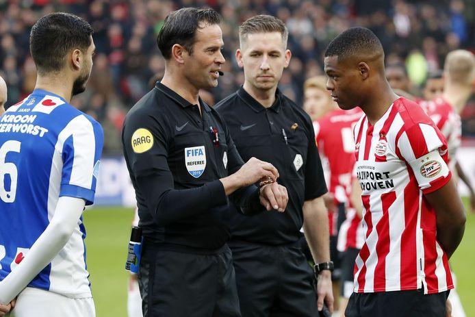 Denzel Dumfries is voor het duel met Heerenveen voor het eerst aanvoerder van PSV.  Scheidsrechter Bas Nijhuis licht nog even toe hoe de toss werkt.