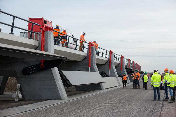De kleppen van de hoogwatergeul bij Veessen worden getest, in 2016 tijdens de aanleg van de geul.