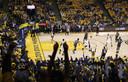 Fans van Golden State Warriors juichen na een driepunter van Klay Thompson.