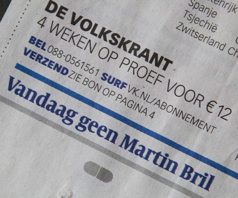 Foto van voorpagina van de Volkskrant nadat Martin Bril is overleden Beeld -
