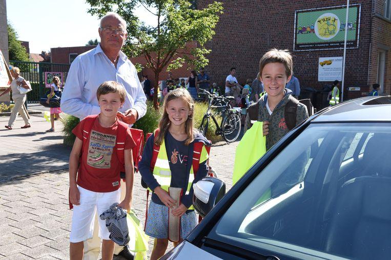 Raymond Huyghe met zijn kleinkinderen Wolf, Leonie en Stan.