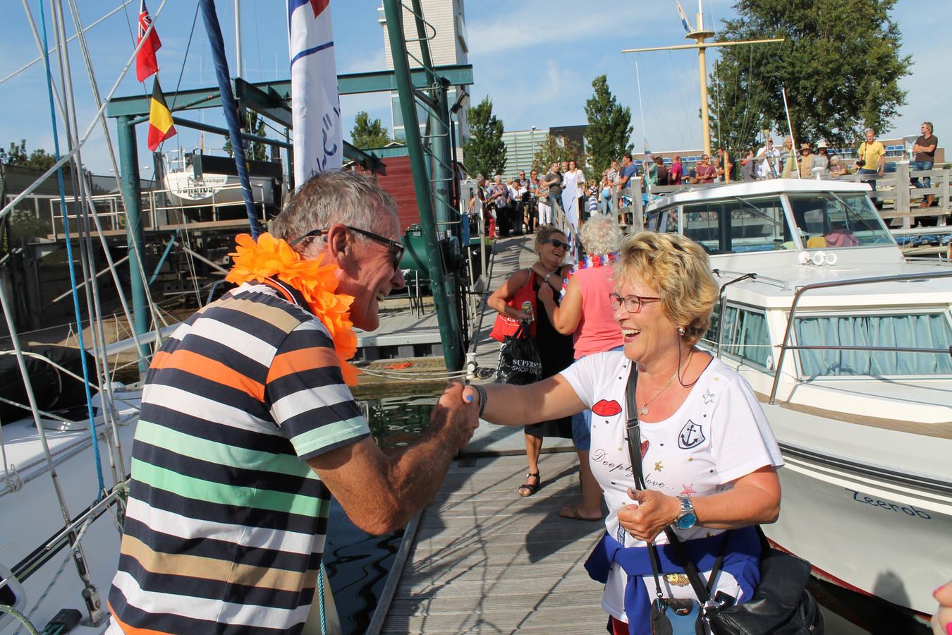 Familie en vrienden verwelkomen de wereldreizigers op de steiger in Vlissingen.