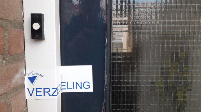 Verzegelde voordeur drugspand aan de Dijkstraat in de Terneuzense binnenstad.