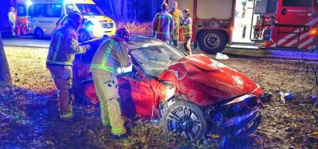 Auto botst tegen boom in Valkenswaard, twee gewonden