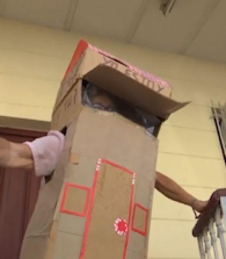 Une Cubaine de 82 ans se protège du Covid-19 avec une boîte en carton