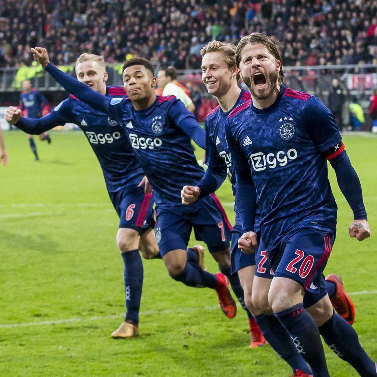 Lasse Schöne (rechts) bepaalt de eindstand in de Noord-Hollandse derby tegen AZ: 1-2. Beeld ANP Pro Shots