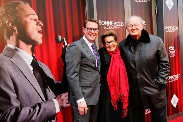Albert Verlinde en Joop en Janine van den Ende poseren op de rode loper bij de musical Sonneveld. Beeld anp