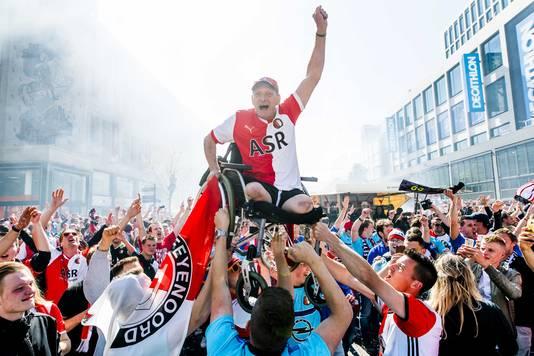 Adrie Willemstein uit Hendrik Ido Ambacht wordt omhoog getild na de titel van Feyenoord.