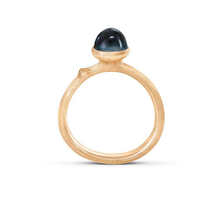 Heldere communicatie en zelfexpressie: 18kt ring  met Londen-blauwe topaas  € 1.350 Beeld Olé Lynggaard