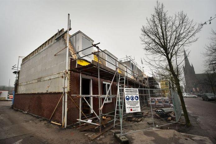 De bouw van eengezinswoningen en ouderenappartementen aan de Poststraat in Ulvenhout verloopt voorspoedig. De nieuwe huurders kunnen er waarschijnlijk kort na de zomervakantie intrekken.foto Edwin Wiekens/het fotoburo