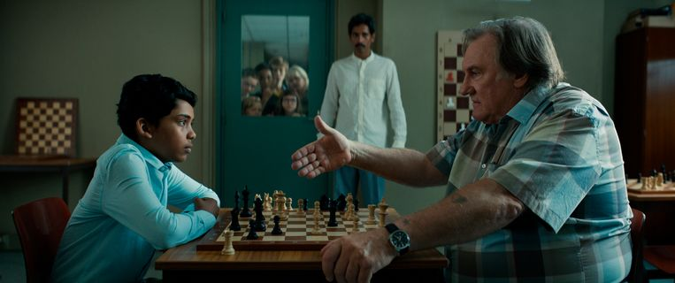 Assad Ahmed (links) als Bengaals schaakwonder en Gérard Depardieu als de baas van de lokale schaakvereniging. Beeld