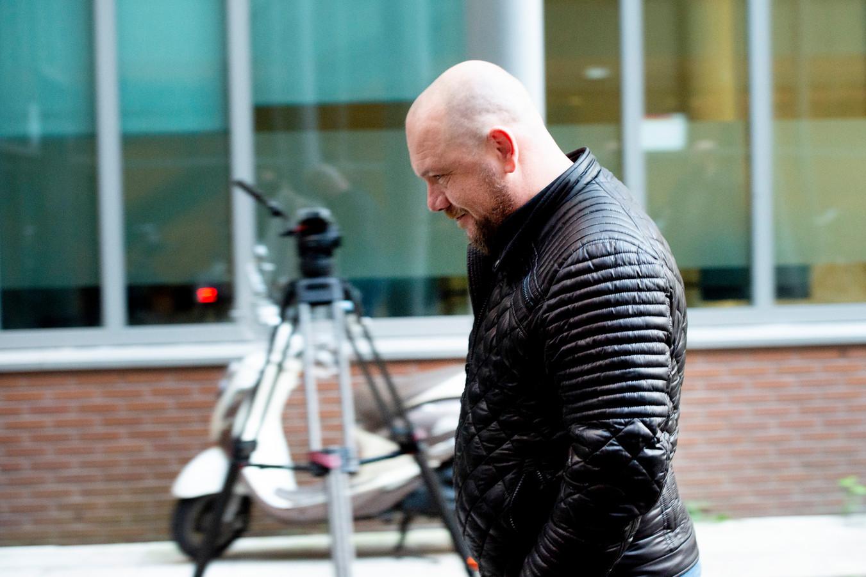 Michel Vellema ook bekend op twitter onder Eendevanger  komt aan bij de rechtbank van Haarlem.
