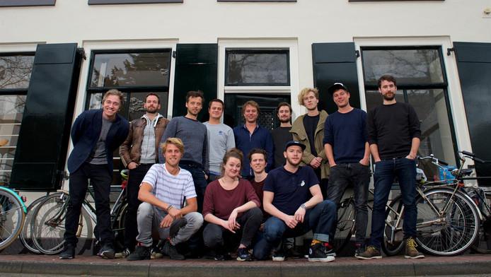 De harde kern van Kultlab voor hun kantoor in Amersfoort. Siep Stronks (midden achter): ,,We hebben inmiddels superveel leuke, creatieve mensen om ons heen verzameld die doorhebben dat we met z'n allen toffe feesten kunnen creëren.''