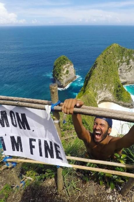Wereldreiziger steekt de draak met zijn bezorgde moeder: 'Mama, ik ben oké'