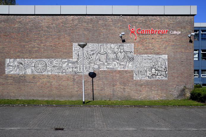 Mozaïeken op de muur van het Cambreur College.
