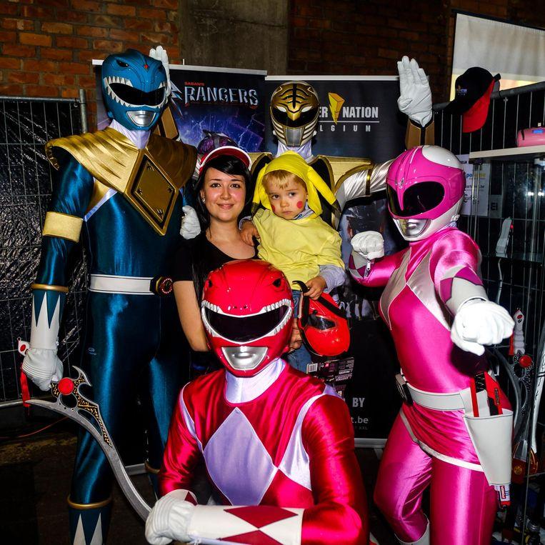 Shana met haar broertje Yiska (3), verkleed als Pikachu, tussen de Power Rangers.