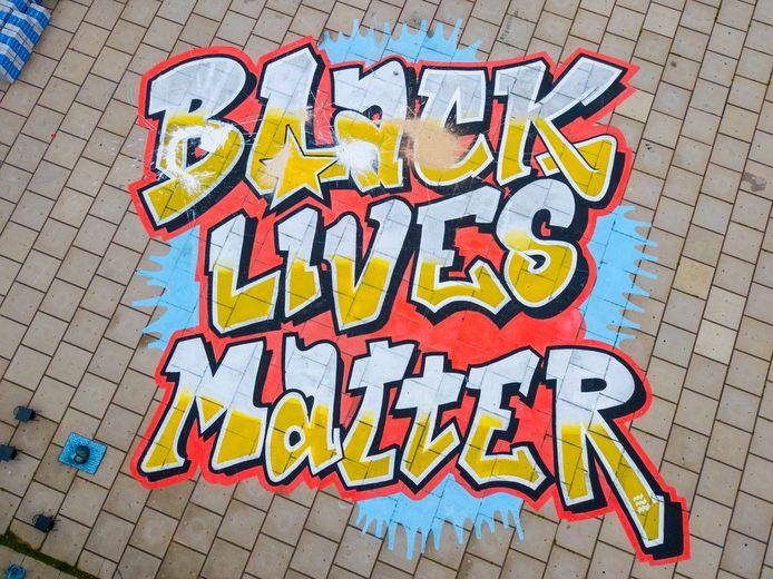 Het Black Lives Matter-kunstwerk op het Ketelhuisplein in Strijp-S.