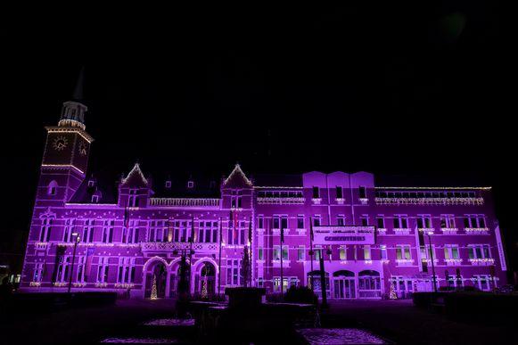 Het verlichte gemeentehuis van Maasmechelen.