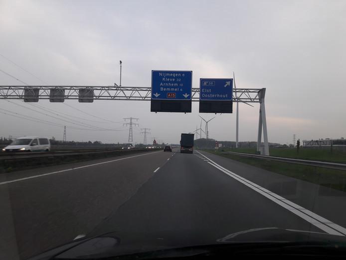De A15-aansluiting Elst/Oosterhout, hier gaat het van twee naar drie rijstroken per richting.