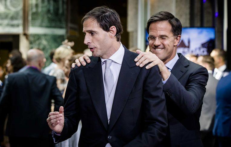 Minister Wopke Hoekstra van Financiën en premier Mark Rutte na het aanbieden van het koffertje met de Rijksbegroting en de Miljoenennota. Beeld Foto ANP - Bart Maat