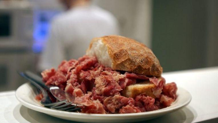 Broodje warm pekelvlees bij Sal Meijer op de Scheldestraat Beeld Marco van Hal