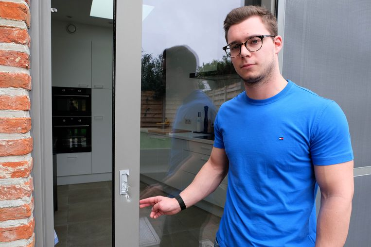 Dylan voor de schuifdeur die door de daders eerst werd geforceerd.