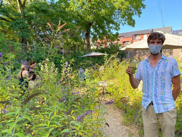 Uitbater Jeroen Misseghers in de prachtige tuin van de Yugen Booch Bar.