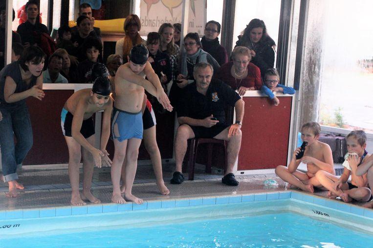 Etienne Steenhout (zittend, centraal op de foto) zoals iedereen in Lembeek hem tot 2011 kende: als badmeester van het zwembad van Lembeek.