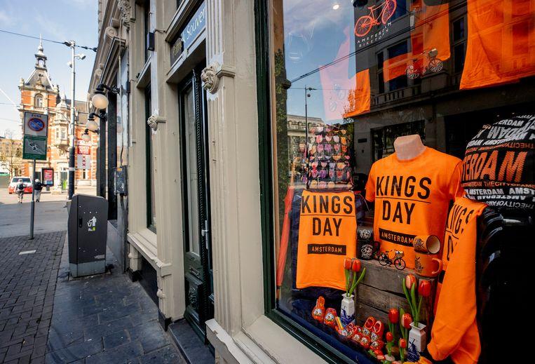 Oranjeshirts van Koningsdag in een etalage in Amsterdam tijdens de coronacrisis. Beeld ANP