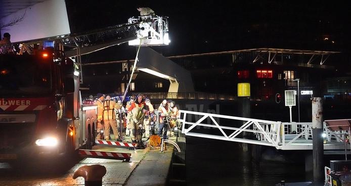 Hulpdiensten redden de vrouw dinsdagochtend uit het water.