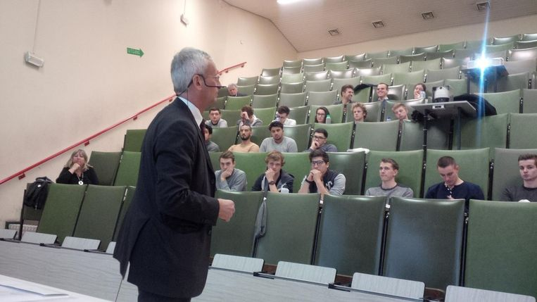 Frank Daman (Evonik) gaf de laatste gastles voor deze editie van 'Ondernemers voor de Klas'.