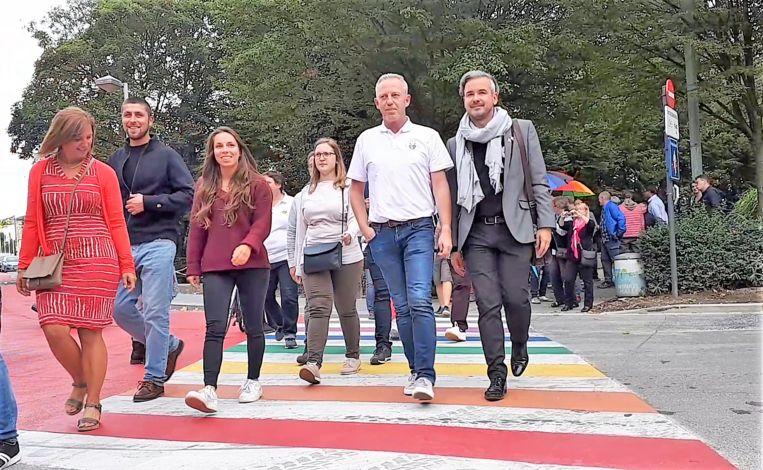Het regenboogzebrapad werd officieel ingewandeld door leden van het stadsbestuur en van verschillende holebi- en transgenderorganisaties.