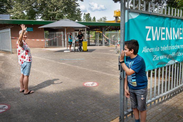 Sam en oma Mieke de Vos bij de poort van het Goffertbad. Oma mag baantjes gaan trekken. Maar Sam mag er (nog even) niet in.