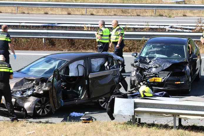 De A4 tussen Den Haag-Zuid en Rijswijk is vanmiddag rond 14.00 uur volledig afgesloten na een ongeluk.