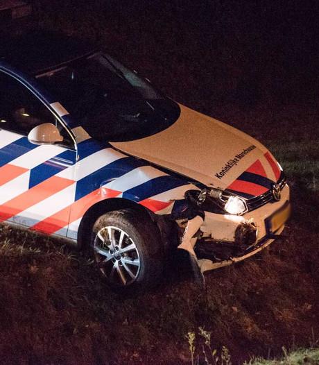 Auto marechaussee rijdt in sloot na achtervolging van bromfietser; persoon te voet gevlucht
