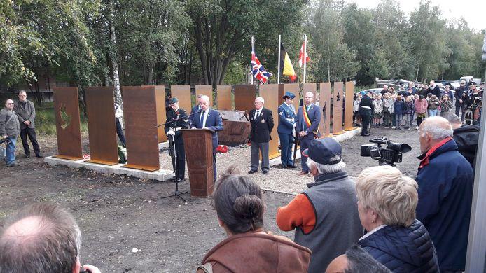 Ceremoniemeester Pieter De Meester dankt de aanwezigen.