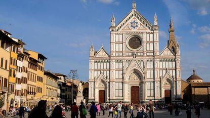 Brokstuk valt van basiliek Firenze en doodt toerist