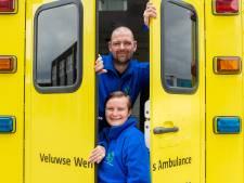 Joey en Miranda uit Elburg laten met hun ambulance al vijf jaar wensen uitkomen van ernstig zieke mensen: 'Dit doe je met je hart'